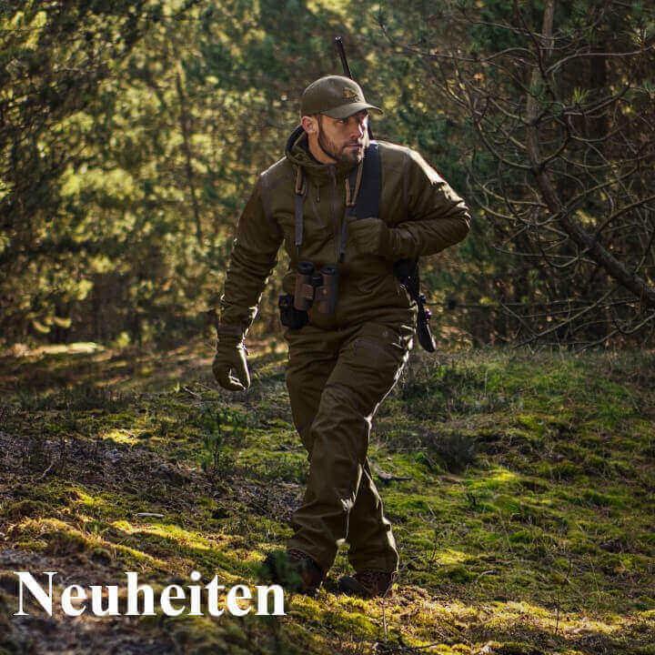 Jäger in Jagdkleidung auf der Pirsch im Frühjahr
